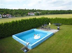 Bazén a pohled na vinné sklípky