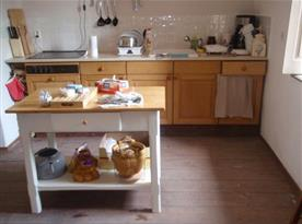 Pohled na kuchyňský kout s pracovním stolem