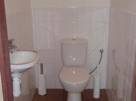 Pohled na společnou toaletu s umyvadlem