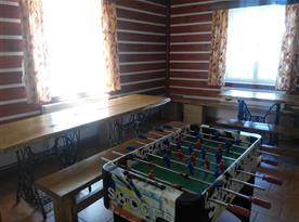Společenská místnost s kulečníkem a stolním fotbalem