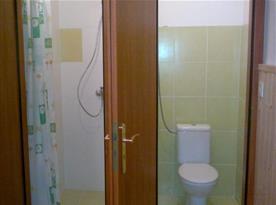 Sprchový kout a toaleta v apartmánu č. 1