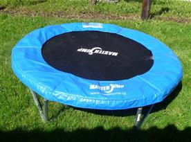Kruhová trampolína na zahradě