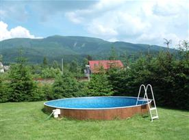 Zapuštěný kruhový bazén na zahradě objektu