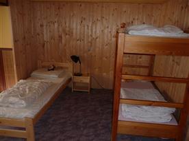 Pokoj se 2 lůžky a patrovou postelí