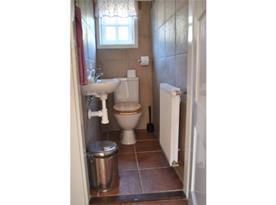 Pohled na samostatnou toaletu v přízemí