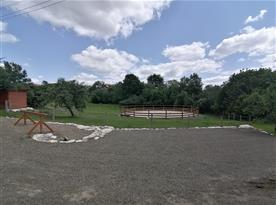 Parkoviště pro koně a auta