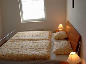 Ložnice s manželským dvoulůžkem