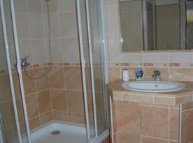 Sociální zařízení se sprchovým koutem a rohovou vanou v přízemí