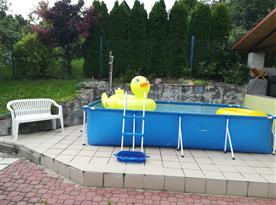 Venkovní bazén s posezením