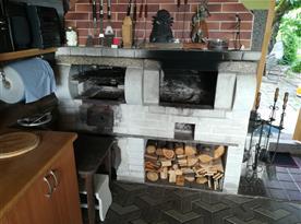 Krb s grilem a topeništěm pro udírnu v letní kuchyni