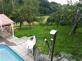 Výhled na zahradu od bazénu