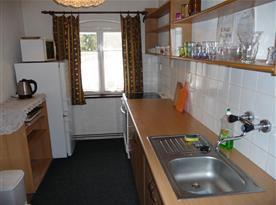 pohled na kuchyni - lednice s mrazákem