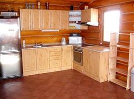 Kuchyňský kout s mikrovlnnou troubou, lednicí a rychlovarnou konvicí