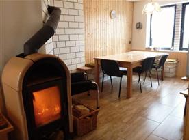 Pohled z kuchyně do společenské místnosti