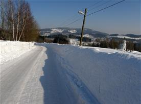Příjezd do obce v zimním období