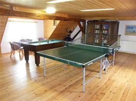 Tělocvična se stolním tenisem, kulečníkem, rotopedem a knihovnou