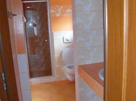 Sociální zařízení se sprchou, toaletou a umyvadlem