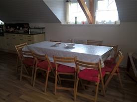 společenská místnost- jídelní stůl