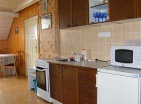 Kuchyně v patře s mikrovlnnou troubou, rychlovarnou konvicí a lednicí