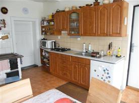 Kuchyně v přízemí s mikrovlnnou troubou, varnou konvicí, myčkou a lednicí