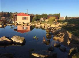 Pohled na chatu s jezírkem
