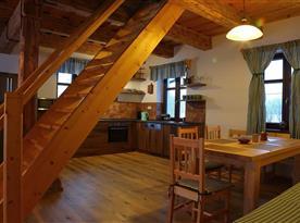 Vybavená kuchyně a schody do patra