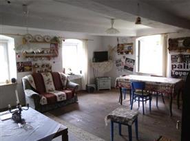 Obývací pokoj s jídelním stolem a posezením