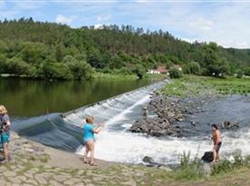 řeka Berounka s jezem  ´Na Slapnici ´ nedaleko Skryjských jezirek
