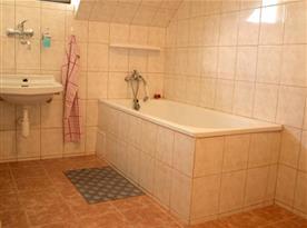 Koupelna s umyvadlem a vanou
