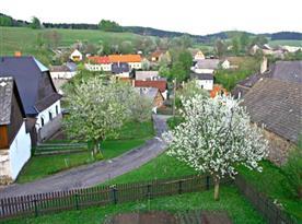 Pohled od chaty na vesnici