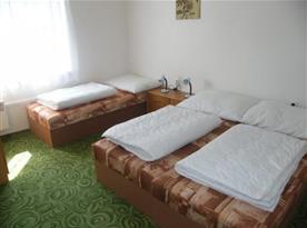 Ložnice s lůžky, nočními stolky a lampičkami