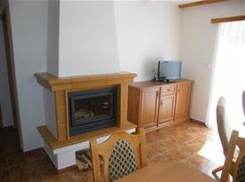 Obytná místnost s krbem a televizí