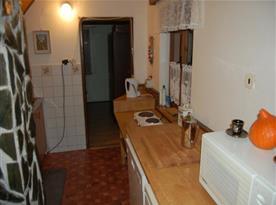 Kuchyně s rychlovarnou konvicí, mikrovlnnou troubou, myčkou a lednicí