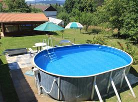 Pohled na bazén - společný i pro druhý objekt
