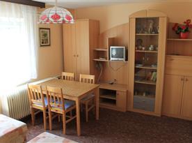 Apartmán A - pokoj s jídelním koutem a obývací stěnou