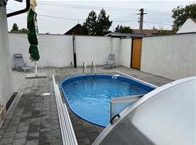 Dvůr s bazénem