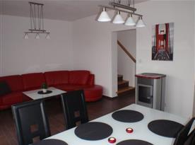 Pohled z jídelního koutu do obývacího pokoje