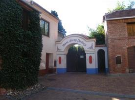 Areál vinných sklepů a hlavní vchod k penzionu