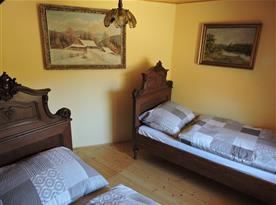 2 jednolůžkové postele v hlavním pokoji