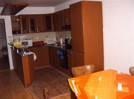 Apartmán A - kuchyně s mikrovlnnou troubou, varnou konvicí a lednicí