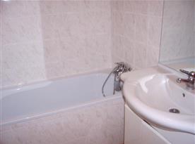 Apartmán A - koupelna s vanou a umyvadlem