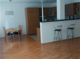 Apartmán B - pohled ze společenské místnosti do kuchyně
