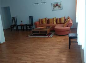Apartmán B - sedací souprava ve společenské místnosti
