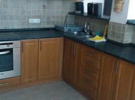 Apartmán B - kuchyně s mikrovlnnou troubou, varnou konvicí a lednicí