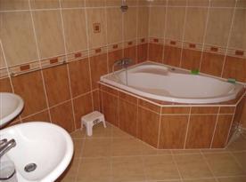 Apartmán B - koupelna s vanou a umyvadly