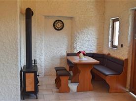 Apartmán č.1  jídelní kout s kamny
