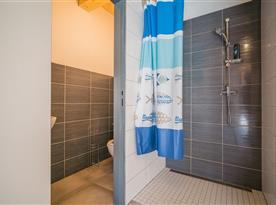 Sprchový kout a toaleta u saun