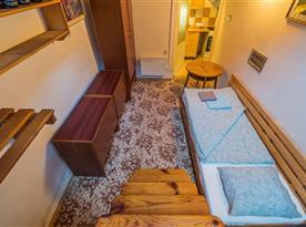Pohled ze schodů do loft ložnice