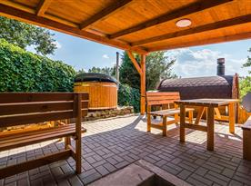 Venkovní posezení, koupací sud a sauna