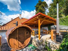 Pohled na saunu, venkovní posezení a koupací sud